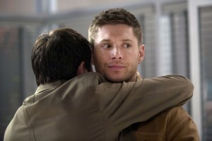 Supernatural-season-9-episode-21-Castiel-hugs-Dean-e1398994246734