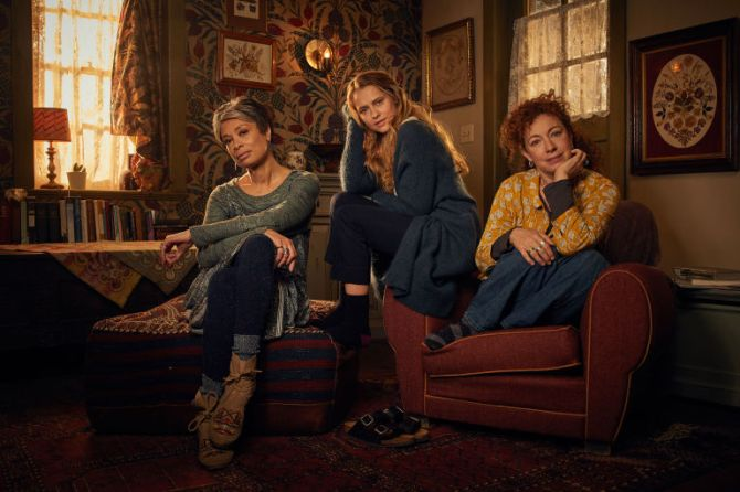 gallery-1536589316-a-discovery-of-witches-cast-alex-kingston-valarie-pettiford